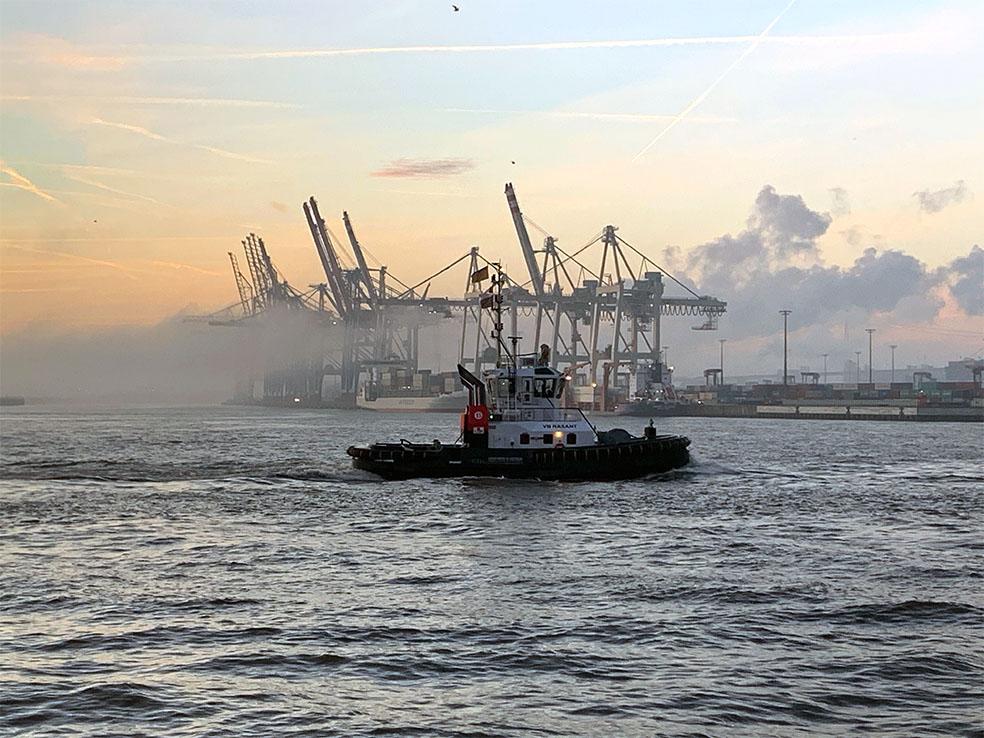 Schlepper bei Sonnenaufgang im Hafen
